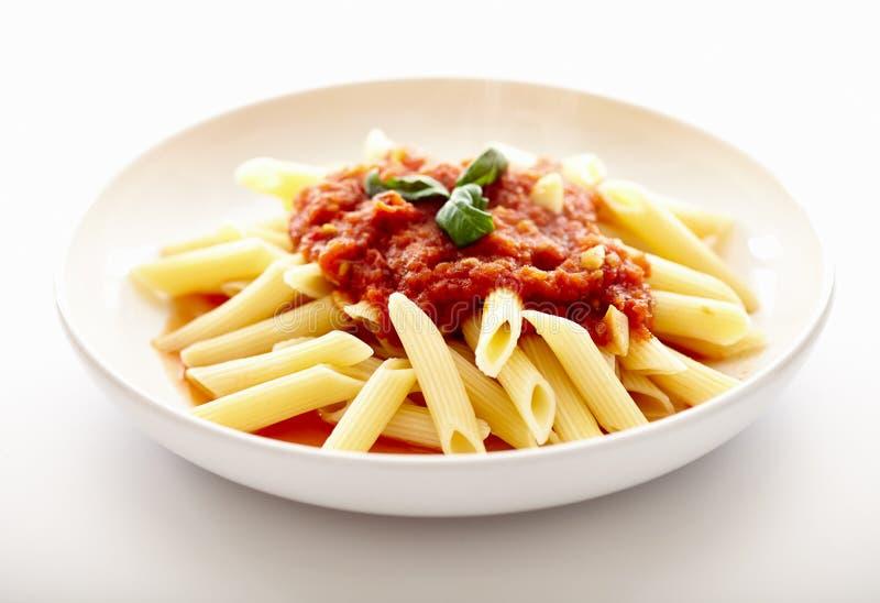 Traditionelle italienische Teigwaren mit Tomatensauce und Basilikum lizenzfreie stockfotos