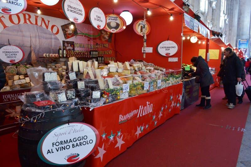 Traditionelle italienische Weihnachtsmarktställe verziert mit rotem Gewebe innerhalb Milan Centrals lizenzfreie stockfotografie