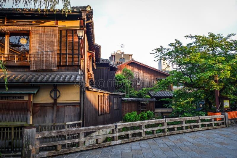 Traditionelle japanische Häuser auf Shirakawa-Fluss, Gions-Bezirk, K stockfotografie
