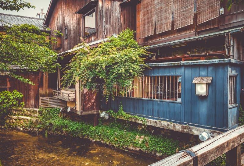 Traditionelle japanische Häuser auf Shirakawa-Fluss, Gions-Bezirk, K stockbild