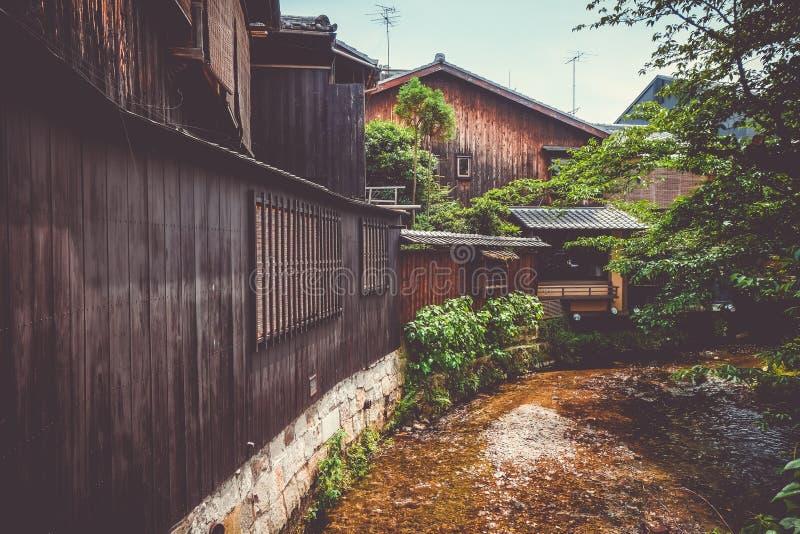 Traditionelle japanische Häuser auf Shirakawa-Fluss, Gions-Bezirk, K stockbilder