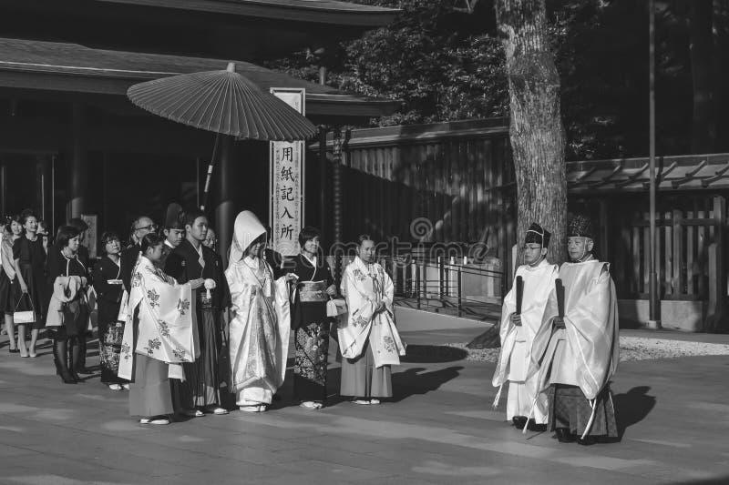 Traditionelle japanische Heiratszeremonie in den Kimonos lizenzfreie stockfotos