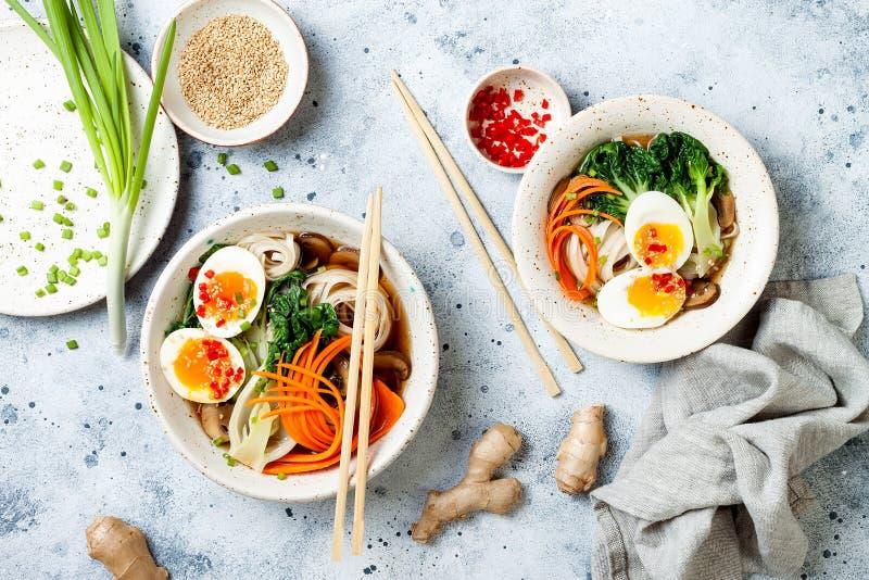 Traditionelle japanische Nudelsuppe der Ramen mit Eiern, Kohl PAKs Choi, Fleischsuppe, Karotte, Pilze in der Schüssel stockfotos