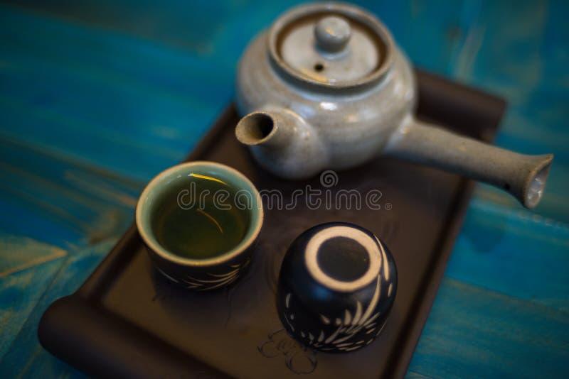 Traditionelle japanische Teekanne und Schalen mit grünem Tee stockfotos