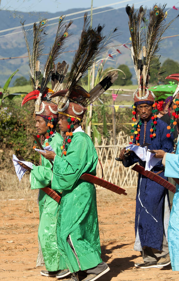 Traditionelle Jingpo Männer Am Tanz Redaktionelles Stockbild