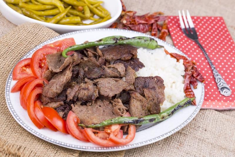 Traditionelle köstliche türkische Nahrungsmittel; gegrillter Fleisch doner Kebab mit Reis lizenzfreie stockbilder