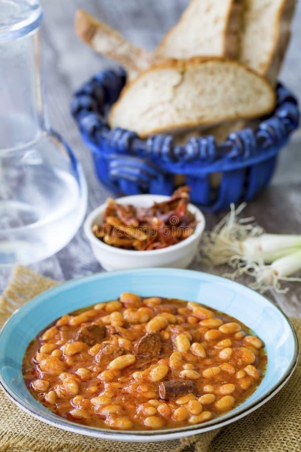Traditionelle köstliche türkische Nahrungsmittel; getrocknete Bohne Kuru-fasulye lizenzfreie stockfotos