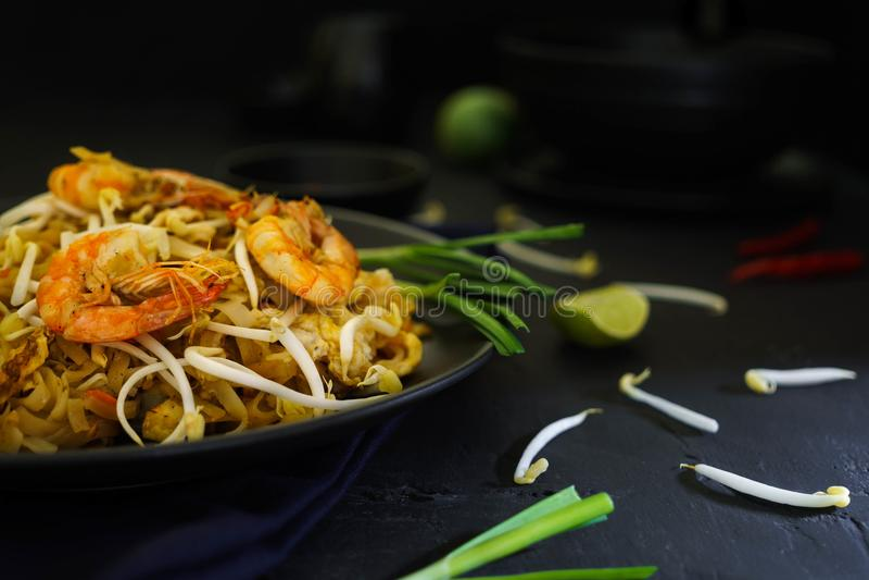 Traditionelle Küche Thailands, füllen thailändische, getrocknete Nudel, gebratene Nudeln, Garnele und Meeresfrüchte, Straßenleben lizenzfreie stockfotos