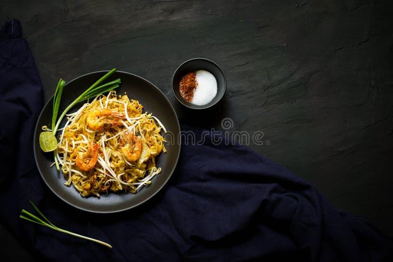 Traditionelle Küche Thailands, füllen thailändische, getrocknete Nudel, gebratene Nudel, Straßenlebensmittel, Garnelenmeeresfrüch stockbilder