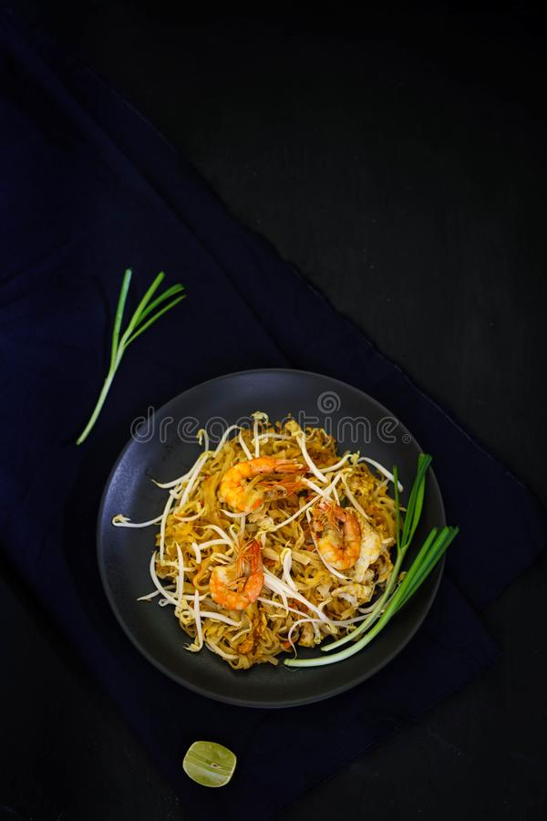 Traditionelle Küche Thailands, füllen thailändische, getrocknete Nudel, gebratene Nudel, Straßenlebensmittel, Garnelenmeeresfrüch lizenzfreies stockfoto
