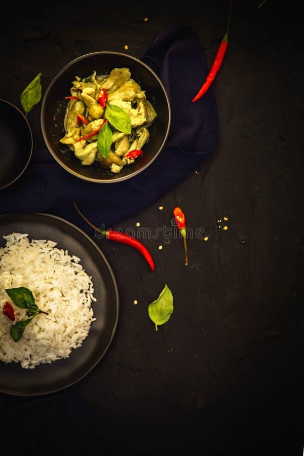 Traditionelle Küche Thailands, grüner Curry, Hühnercurry, Reis, Straßenlebensmittel, würziger Curry lizenzfreies stockbild