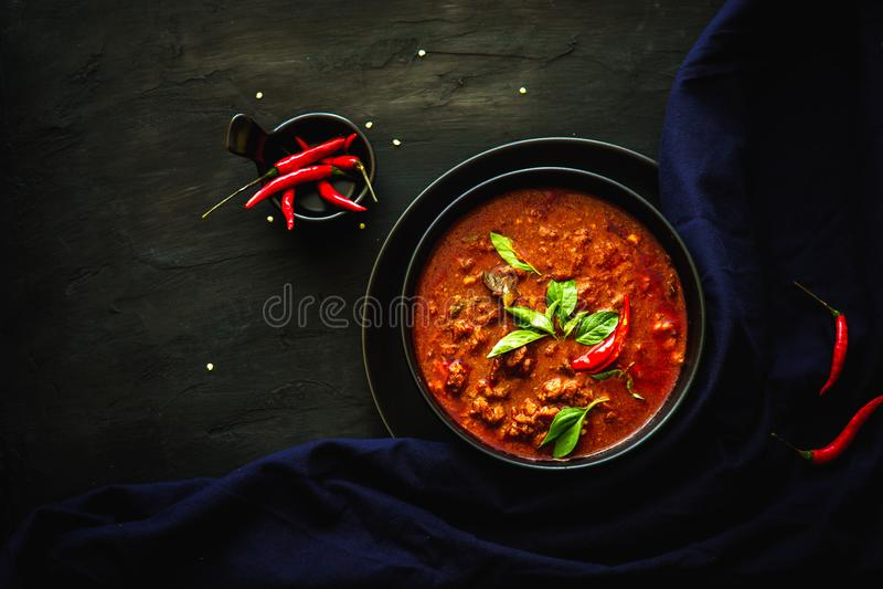 Traditionelle Küche Thailands, roter Curry, Currysuppe, Straßenlebensmittel, dunkles Lebensmittelphotographie Asiatslebensmittel stockbild