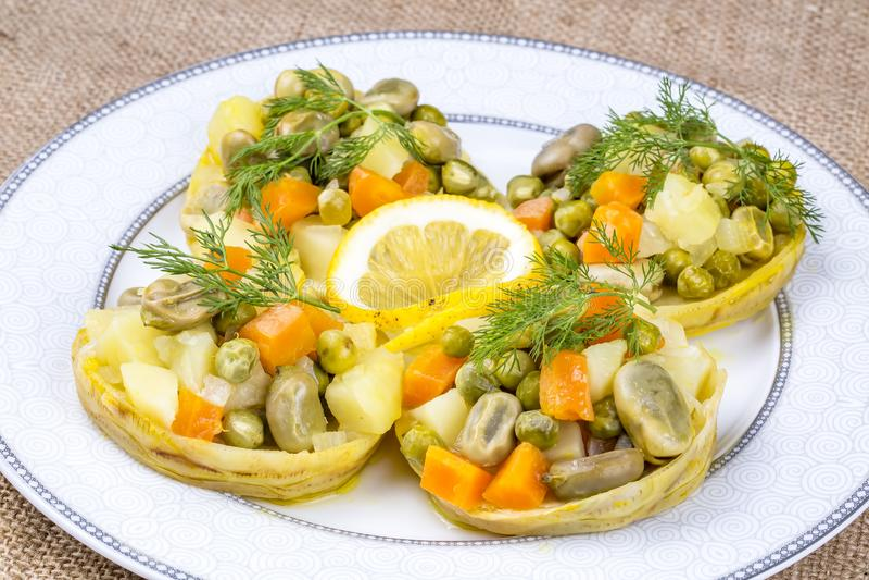 Traditionelle k?stliche t?rkische Nahrungsmittel; Artischocke mit Oliven?l Zeytinyagli Enginar stockfotos