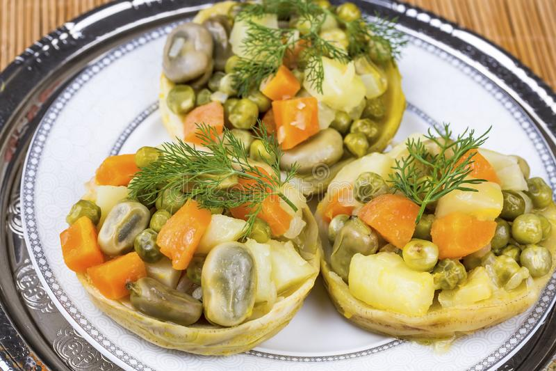 Traditionelle k?stliche t?rkische Nahrungsmittel; Artischocke mit Oliven?l Zeytinyagli Enginar lizenzfreies stockbild