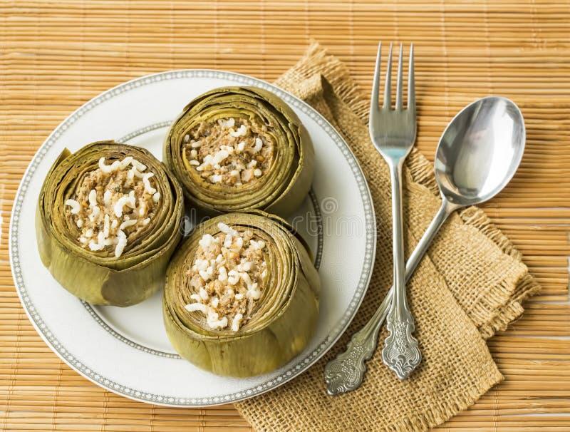 Traditionelle k?stliche t?rkische Nahrungsmittel; Artischockengem?se angef?llt mit Oliven?l Enginar Dolma lizenzfreies stockbild