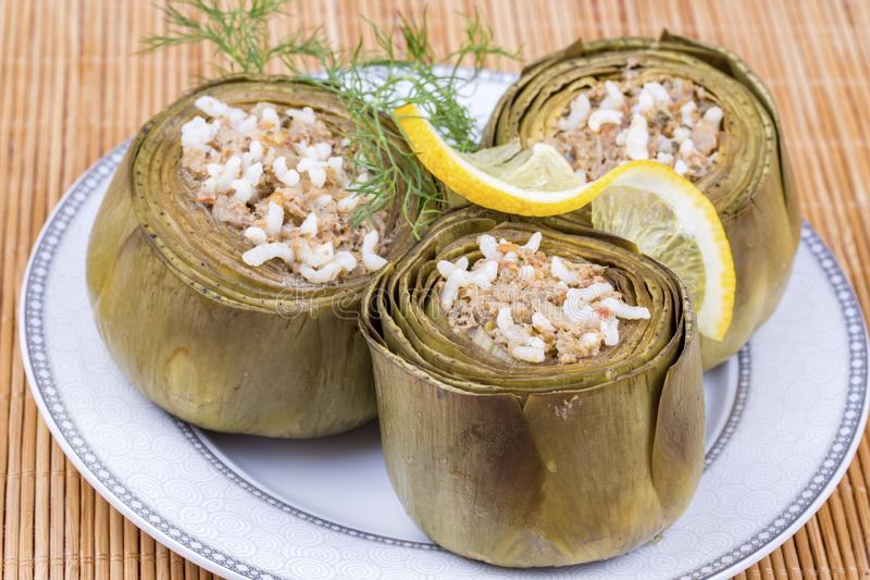 Traditionelle k?stliche t?rkische Nahrungsmittel; Artischockengem?se angef?llt mit Oliven?l Enginar Dolma stockbild