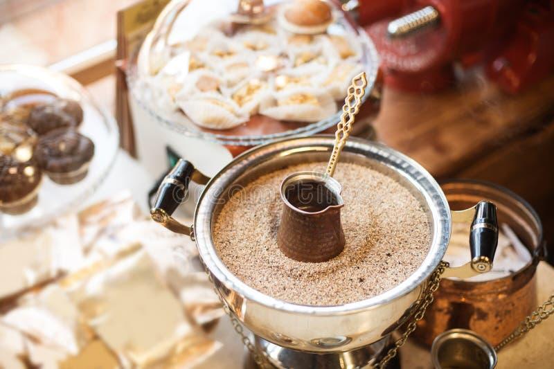 Traditionelle Kaffeestube in Tirana lizenzfreies stockbild