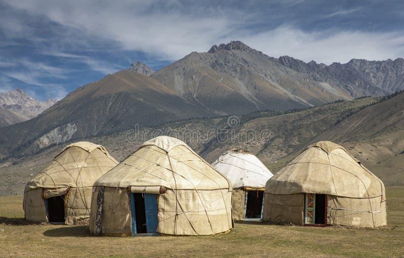 Traditionelle Kirgisistan-yurts in der Landschaft lizenzfreie stockfotos
