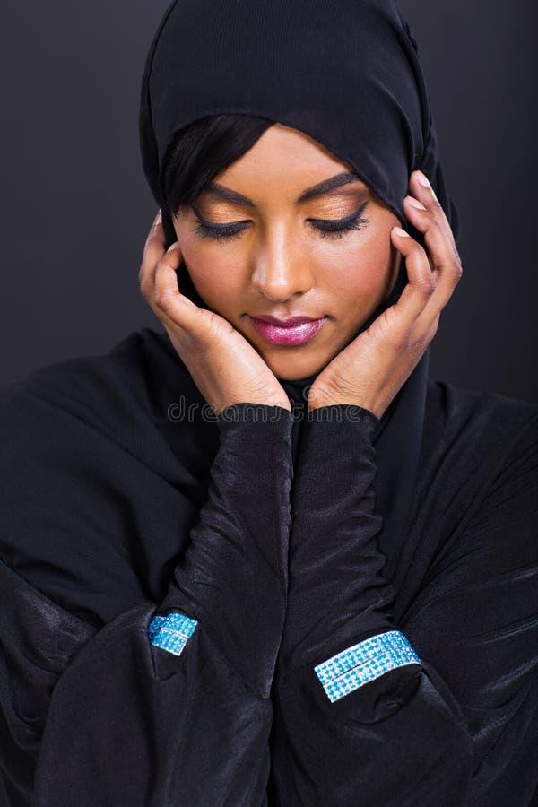 Traditionelle Kleidung der arabischen Frau lizenzfreie stockfotografie