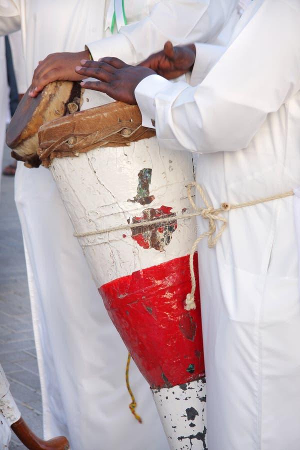 Traditionelle konische Handtrommel gespielt von einem Perlentaucher stockbild