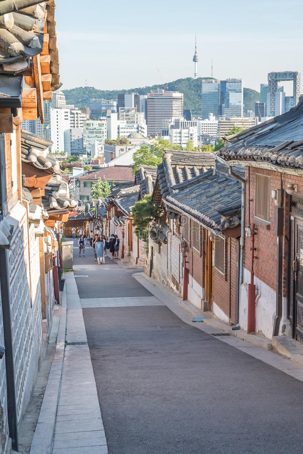 Traditionelle koreanische Artarchitektur an Dorf Bukchon Hanok in Seoul, Südkorea lizenzfreies stockbild