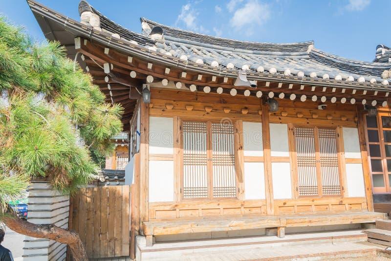 Traditionelle koreanische Artarchitektur an Dorf I Bukchon Hanok lizenzfreie stockfotos