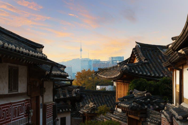 Traditionelle koreanische Artarchitektur an Dorf w Bukchon Hanok stockbild