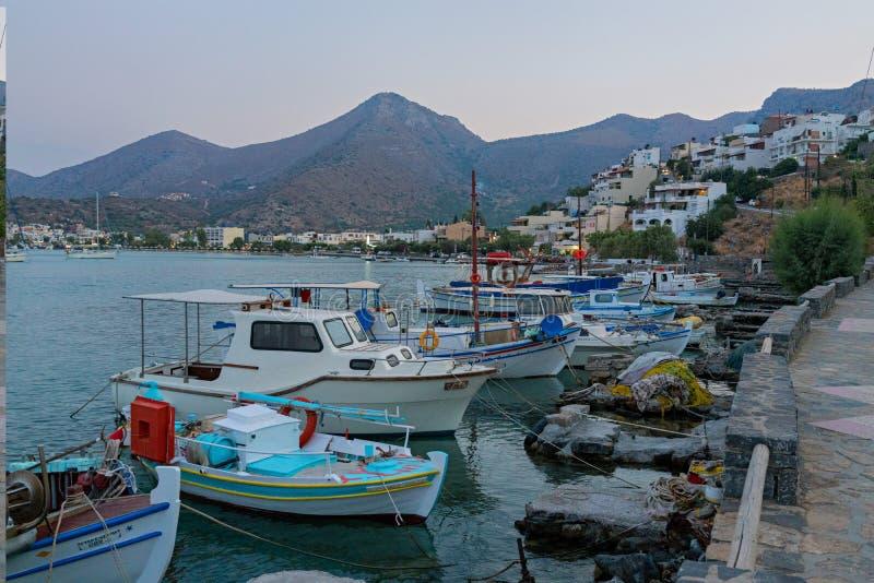 Traditionelle kretische Fischerboote auf dem Kai lizenzfreies stockbild