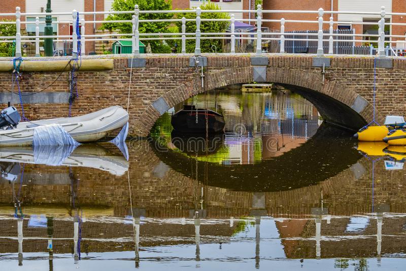 Traditionelle Landschaft im Dorf von Alkmaar Niederländisches Holland lizenzfreies stockfoto