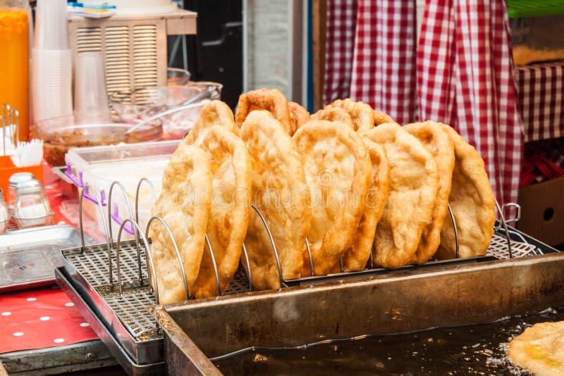 Traditionelle langos gebratenes Brot des Ungarn verkauften an einem Straßenhändler stockfoto