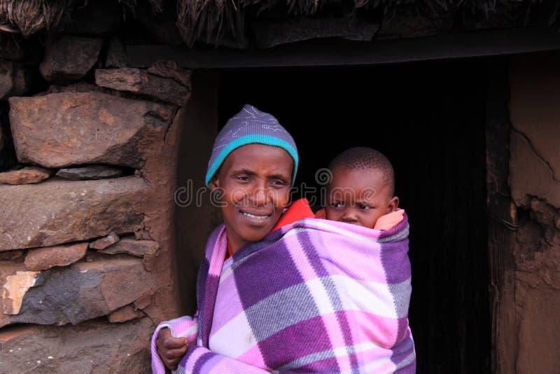 Traditionelle Lesotho-Frau und -kind lizenzfreie stockfotos