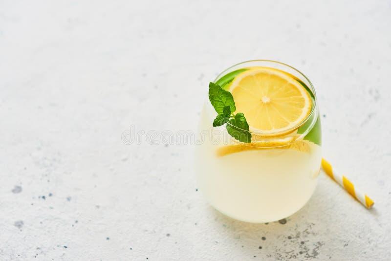 Traditionelle Limonade oder mojito mit Zitrone, Minze und Eis stockfoto