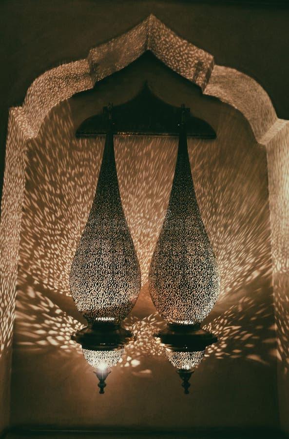 Traditionelle marokkanische Bronzelaternen mit orientalischer Verzierung stockfoto