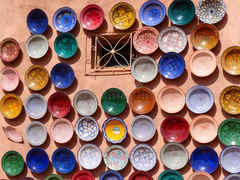 Traditionelle marokkanische Tonwaren auf dem Markt stockfotos