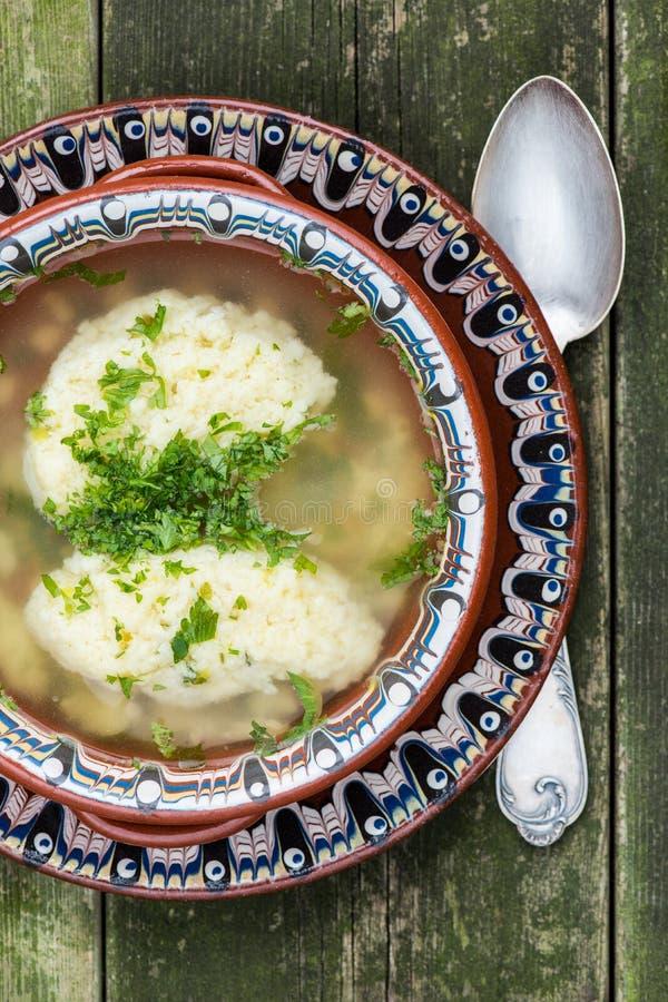 Traditionelle MehlkloßHühnersuppe stockfotos