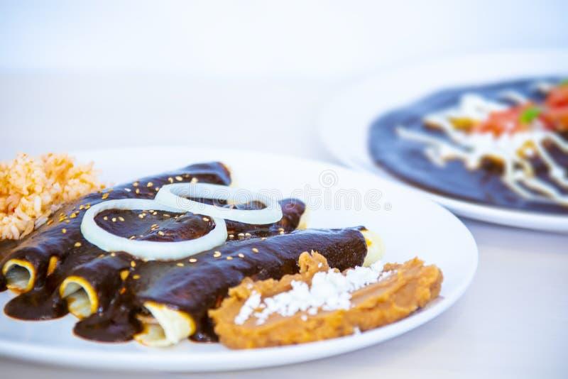 Traditionelle mexikanische Nahrung, Moleenchiladas, Enchiladas de mole lizenzfreies stockbild