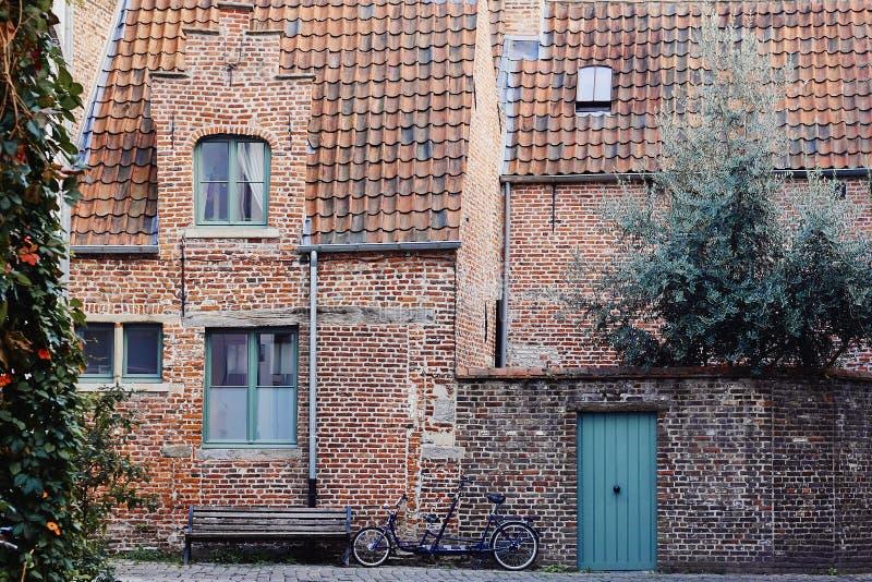 Traditionelle mittelalterliche Architektur, altes Backsteinhaus mit rotem mit Ziegeln gedecktem Dach stockbild