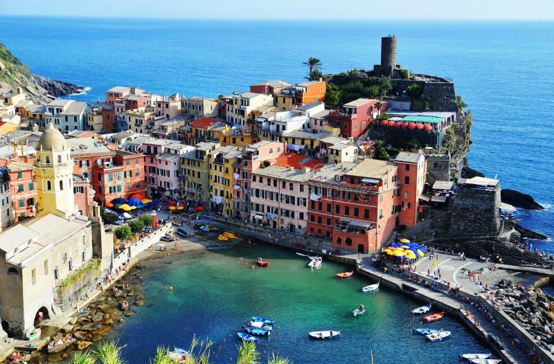 Traditionelle Mittelmeerarchitektur von Vernazza, Italien lizenzfreies stockbild