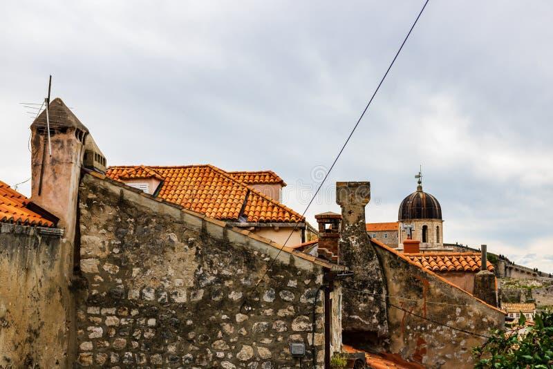 Traditionelle Mittelmeerhäuser mit roten mit Ziegeln gedeckten Dächern in Dubrovnik, Dalmatien, Kroatien stockbilder