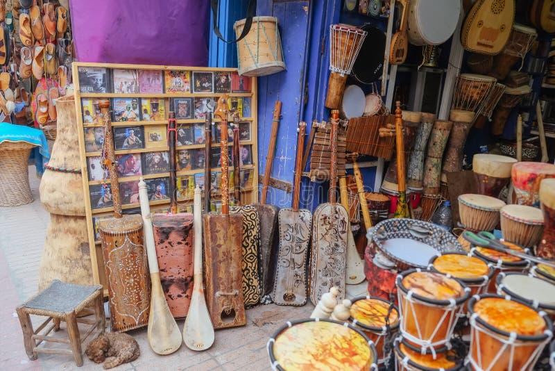 Traditionelle Musikinstrumente und Musik CDs für Verkauf in Essaouira, Marokko stockbild