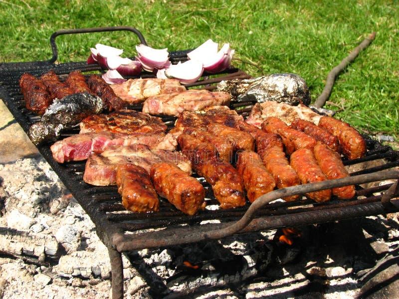 Traditionelle Nahrung, die auf Grill vorbereitet wird stockfoto