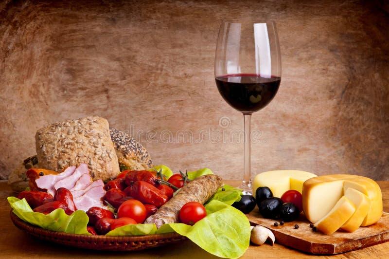 Traditionelle Nahrung und Wein lizenzfreie stockfotografie