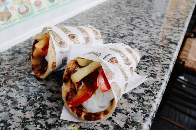 Traditionelle Nahrunggriechenlands griechisches Kreiselkompass-Pittabrot in Santorini, Griechenland lizenzfreie stockfotografie