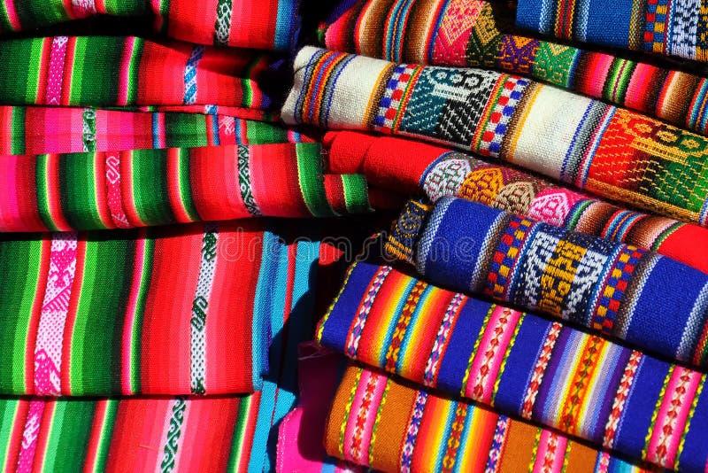 Traditionelle peruanische bunte Gewebe angehäuft stockfotografie