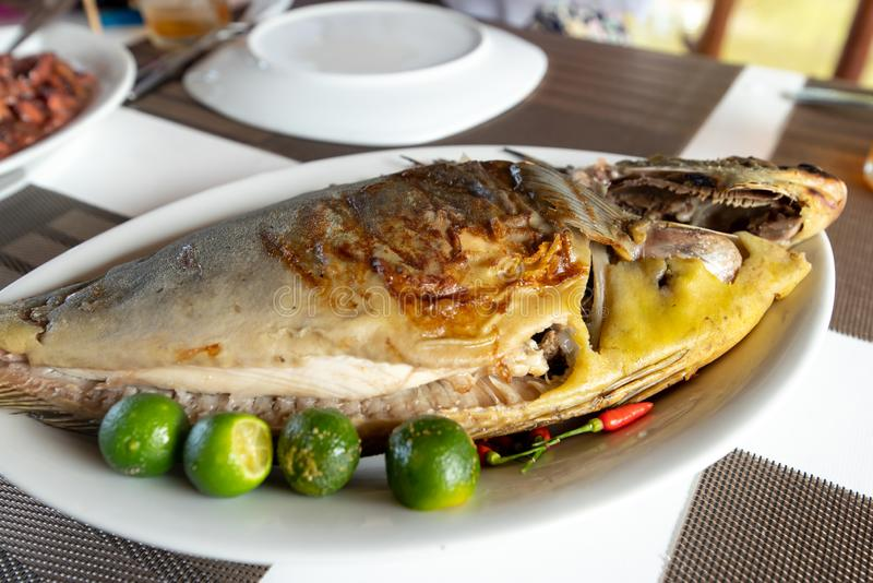 Traditionelle philippinische Nahrung - grillte Unicorn Fish lizenzfreie stockfotos