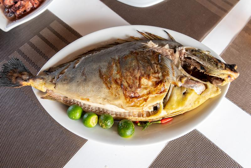 Traditionelle philippinische Nahrung - grillte Unicorn Fish stockbilder