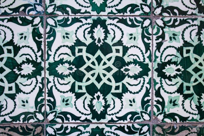 Traditionelle portugiesische Keramikfliesenwand Typische Au?endekoration auf Haus in Portugal lizenzfreie stockbilder