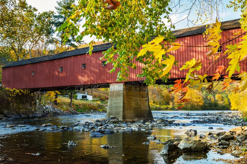 Traditionelle rote überdachte Brücke im Herbst lizenzfreie stockfotografie