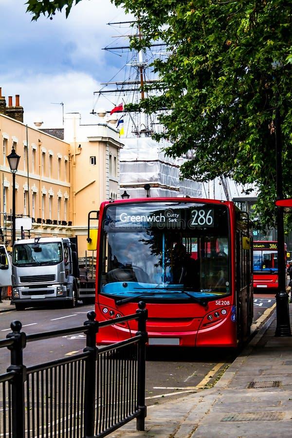 Traditionelle rote englische Busse an Straße Königs William Walk nahe Cutty Sark-Schererschiff greenwich Großbritannien lizenzfreie stockbilder