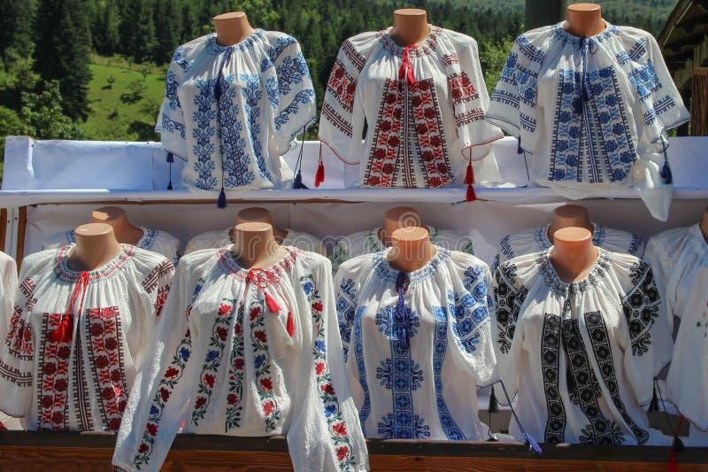 Traditionelle rumänische Blusen lizenzfreie stockbilder